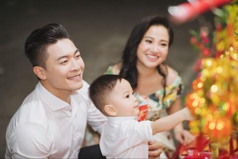 Vo chong Quoc Co - Hong Phuong dua con trai di mua sam ngay 28 Tet hinh anh 5