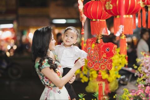 Vo chong Quoc Co - Hong Phuong dua con trai di mua sam ngay 28 Tet hinh anh 6