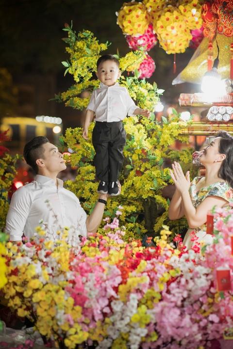 Vo chong Quoc Co - Hong Phuong dua con trai di mua sam ngay 28 Tet hinh anh 4