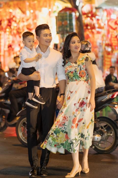 Vo chong Quoc Co - Hong Phuong dua con trai di mua sam ngay 28 Tet hinh anh 1