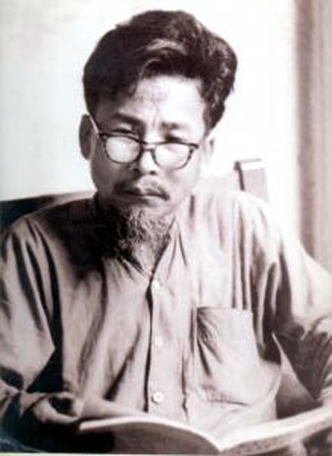 Nha van Nguyen Hong om hon nguoi ben canh khi doi bong minh thang hinh anh 1