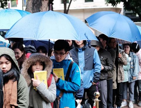 Đi từ 3h đêm, đội mưa rét chờ xin chữ ký Nguyễn Nhật Ánh
