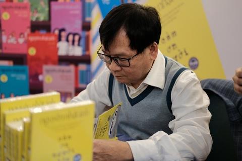 Nguyen Nhat Anh: 'Doc gia doi mua doi xin chu ky, toi rat xuc dong' hinh anh 1