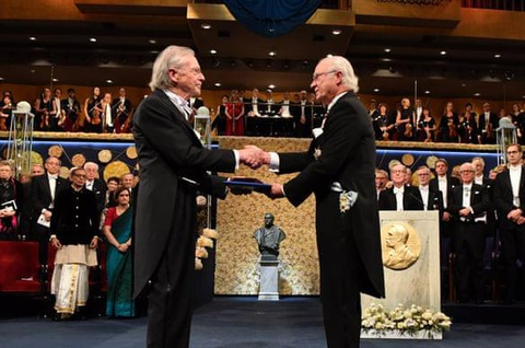 Nhieu noi tay chay du doi giai Nobel van hoc cua Peter Handke hinh anh