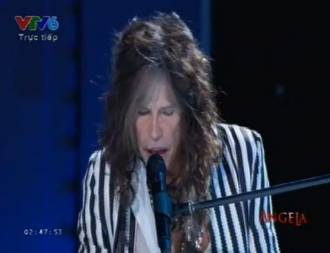 Steven Tyler lac giong khi hat trong chung ket Miss Universe hinh anh