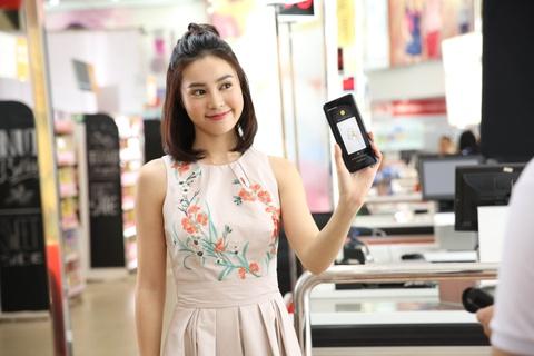 Ly Nha Ky, Lan Ngoc, Quynh Anh Shyn hao hung mua sam qua Samsung Pay hinh anh 4