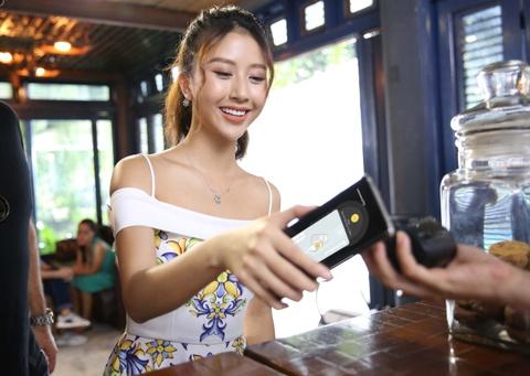 Ly Nha Ky, Lan Ngoc, Quynh Anh Shyn hao hung mua sam qua Samsung Pay hinh anh 7