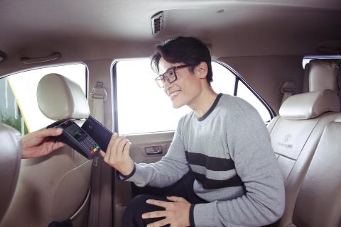 Ly Nha Ky, Lan Ngoc, Quynh Anh Shyn hao hung mua sam qua Samsung Pay hinh anh 10