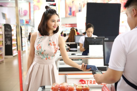 Ly Nha Ky, Lan Ngoc, Quynh Anh Shyn hao hung mua sam qua Samsung Pay hinh anh 3