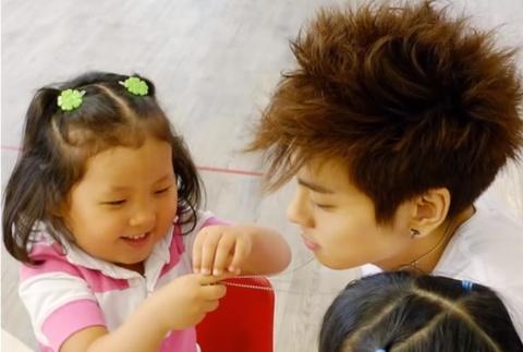 Jong Hyun an can voi tre con, duoc khen 'se la nguoi cha tot' hinh anh