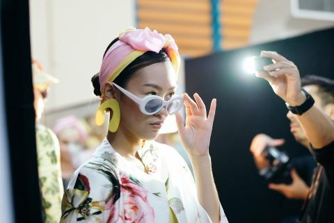 Hau truong mau Fashion Week: Ngoi bet trang diem, an voi cho gio dien hinh anh 15