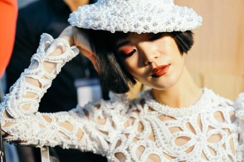 Hau truong mau Fashion Week: Ngoi bet trang diem, an voi cho gio dien hinh anh 10