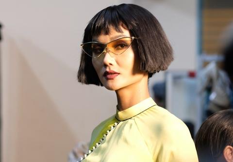 Hau truong mau Fashion Week: Ngoi bet trang diem, an voi cho gio dien hinh anh 11