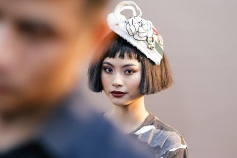 Hau truong mau Fashion Week: Ngoi bet trang diem, an voi cho gio dien hinh anh 13