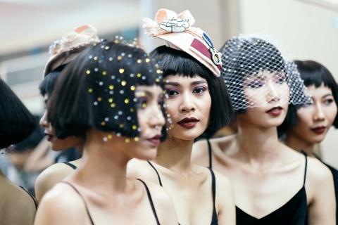Hau truong mau Fashion Week: Ngoi bet trang diem, an voi cho gio dien hinh anh 14