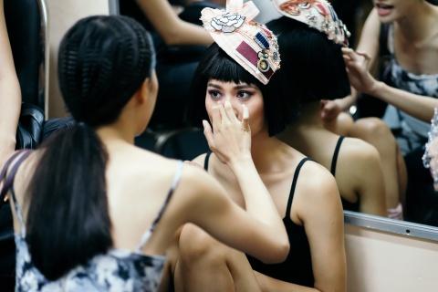 Hau truong mau Fashion Week: Ngoi bet trang diem, an voi cho gio dien hinh anh 2