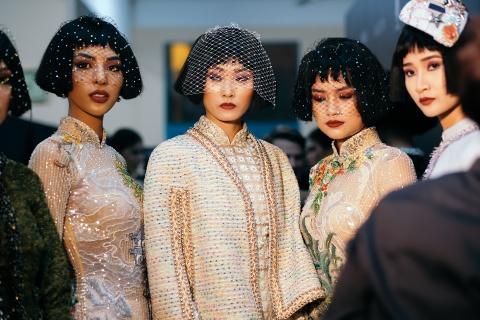 Hau truong mau Fashion Week: Ngoi bet trang diem, an voi cho gio dien hinh anh 17