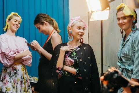 Hau truong mau Fashion Week: Ngoi bet trang diem, an voi cho gio dien hinh anh 18