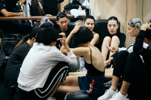 Hau truong mau Fashion Week: Ngoi bet trang diem, an voi cho gio dien hinh anh 3
