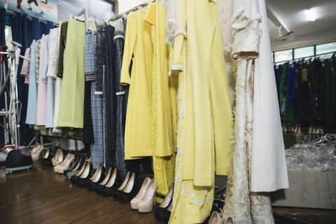 Hau truong mau Fashion Week: Ngoi bet trang diem, an voi cho gio dien hinh anh 5