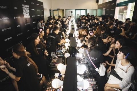 Hau truong mau Fashion Week: Ngoi bet trang diem, an voi cho gio dien hinh anh 8