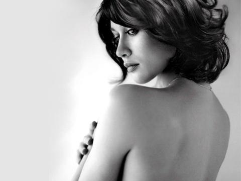 Olga Kurylenko - my nhan nong bong ben Johnny English va James Bond hinh anh