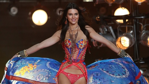 Kendall Jenner long lay tren san dien Victoria's Secret hinh anh