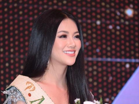 Hoa hậu Phương Khánh khoe nhan sắc, không phủ nhận tin đồn dao kéo