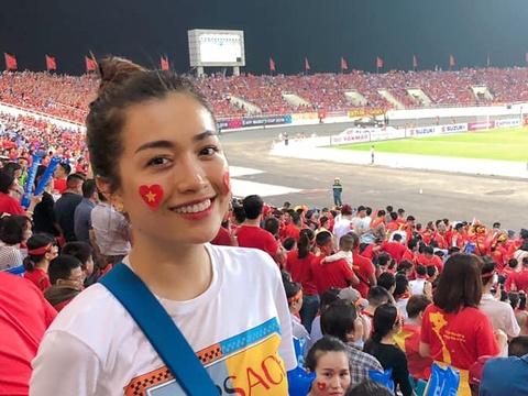 Á hậu Lệ Hằng: 'Ấn tượng nhất Công Phượng, Việt Nam sẽ thắng 2-1'