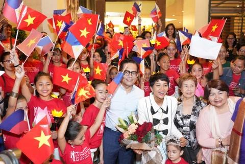 Hoc sinh Philippines vay co Viet Nam don H'Hen Nie hinh anh