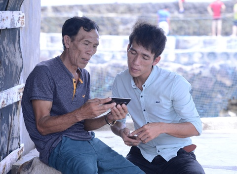 Chang trai bo dat lien ve dao nuoi tom hinh anh
