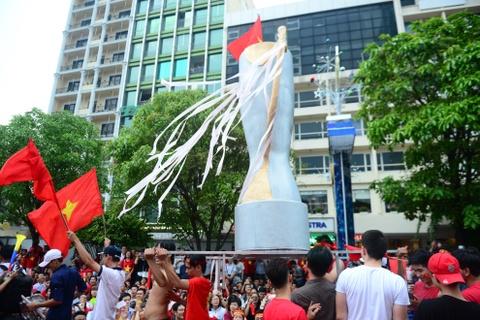 Nguoi ham mo Sai Gon ruoc 'cup' khong lo tren pho di bo Nguyen Hue hinh anh 14