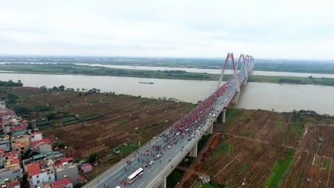 Flycam canh xe buyt cho U23 Viet Nam bi vay kin tren cau Nhat Tan hinh anh 1