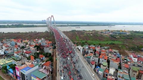 Flycam canh xe buyt cho U23 Viet Nam bi vay kin tren cau Nhat Tan hinh anh 2