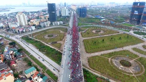 Flycam canh xe buyt cho U23 Viet Nam bi vay kin tren cau Nhat Tan hinh anh 6