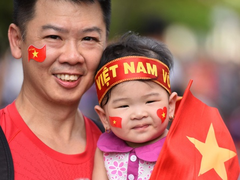 Nguoi ham mo ca nuoc xuong duong co vu cho Olympic Viet Nam hinh anh
