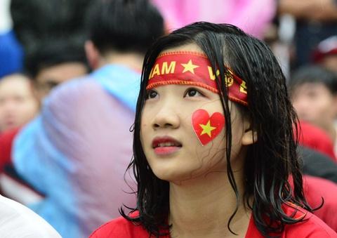 9X xinh dep uot sung duoi mua, tiec nuoi cho Olympic Viet Nam hinh anh