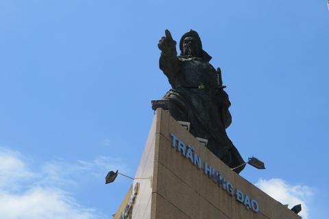 Di dời lư hương ở tượng Trần Hưng Đạo về nơi thờ phụng