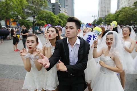 Hon 60 co dau, chu re nhay flashmob tren pho di bo Nguyen Hue hinh anh