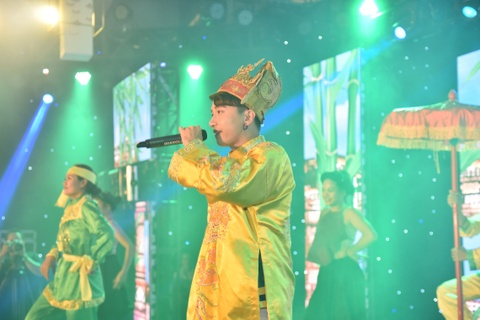 Toc Tien nong bong trong lan dau hat live 'Stay open' hinh anh 4