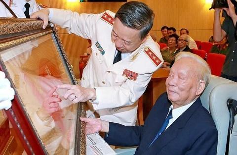Khi om nang, dai tuong Le Duc Anh van luon hoi tham tinh hinh dat nuoc hinh anh 3
