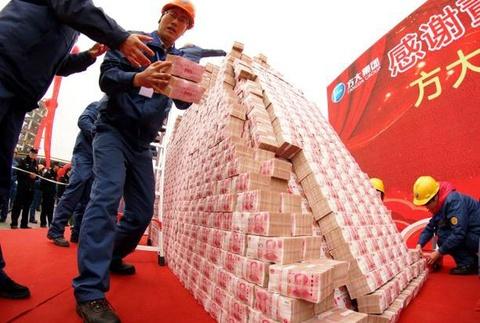 Công ty Trung Quốc dùng núi tiền thưởng Tết nhân viên