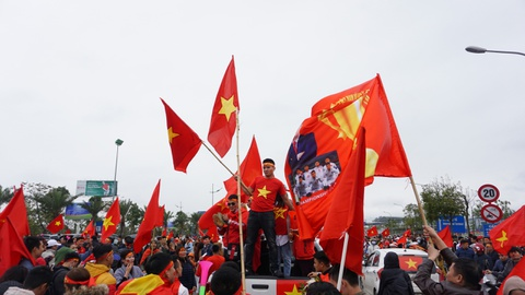 Bien co do sao vang chao don chien binh U23 Viet Nam o Noi Bai hinh anh 1