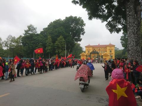 Bien co do sao vang chao don chien binh U23 Viet Nam o Noi Bai hinh anh 13