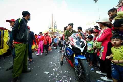 Le ruoc kieu Ba Thien Hau day mau sac tren duong pho Binh Duong hinh anh 7