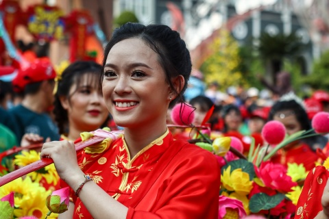 Le ruoc kieu Ba Thien Hau day mau sac tren duong pho Binh Duong hinh anh 8