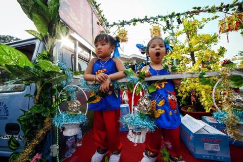 Le ruoc kieu Ba Thien Hau day mau sac tren duong pho Binh Duong hinh anh 9