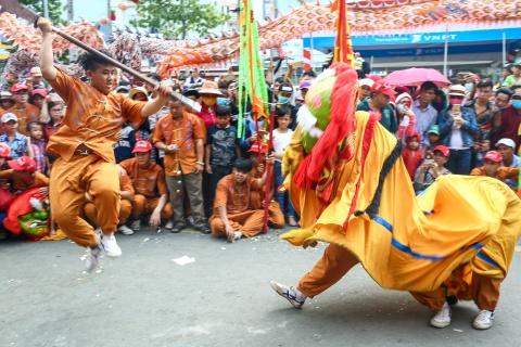 Le ruoc kieu Ba Thien Hau day mau sac tren duong pho Binh Duong hinh anh 4