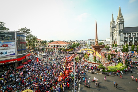 Le ruoc kieu Ba Thien Hau day mau sac tren duong pho Binh Duong hinh anh 1