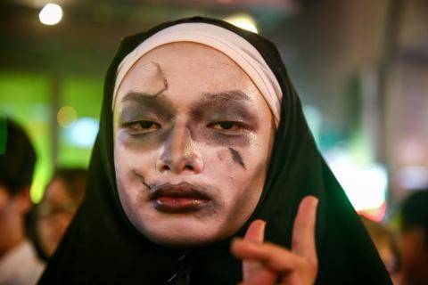 'Ma quy' dong dac pho Tay Bui Vien dem Halloween hinh anh 8